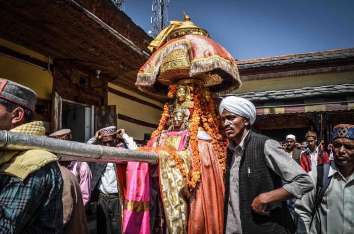 Однако душера — праздник не только богов, но и всех жителей и гостей долины Куллу. Автор: Shikha Sood.