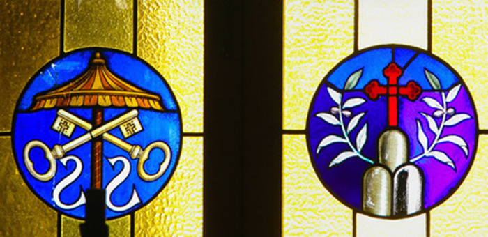 Витраж в Ватикане с символическим Умбракулум
